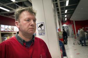 Butikschef Lars-Erik Svensson trivs med sitt jobb, men beklagar att det snattas och stjäls i butiken. Ändå vill han inte ha fler kontroller och inlåsta varor: – Vi utgår från att våra kunder har ärliga avsikter.