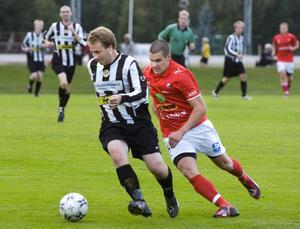 Ljusnes Michael Sjöberg och Edsbyns Johan Norell i kamp om bollen.