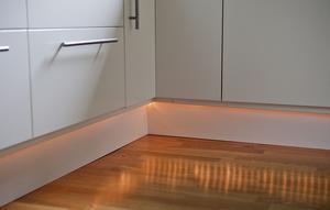 Detalj. En uteslinga har limmats under köksskåpen och ger stämningsbelysning.