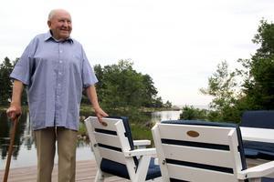 Gunnar står på bryggan i sommarstugan i Maråker.