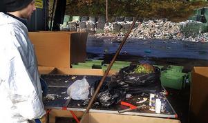 512 kilo avfall har analyserats. Hans-Åke Eriksson är nöjd med att väldigt lite farligt avfall, som till exempel sprayburkar, termometrar och läkemedel slängs i soporna. Per hushåll och vecka slängdes endast 3 gram farligt avfall i hushållssoporna i Sollefteå i år.