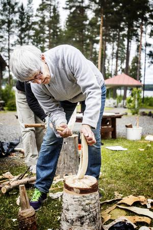 Siv Magnusson från Kälen ville prova på att slöjda en slev.    – Det är roligt fastän det är svårt.