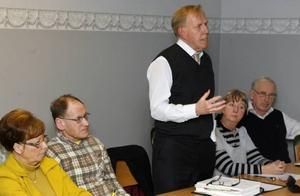 Börje Larsson från Hyresgästföreningen ledde mötet där Gavlegårdarnas styrelseordförande Sinikka Bohlin, S, deltog tillsammans med fyra ledamöter från styrelsen och kommunens ekonomichef Agne Lindberg som är sakkunnig i Gavlegårdarnas styrelse.Gävle kommuns ekonomichef Agne Lindberg försökte att förklara ekonomin i försäljningen men fick inga sympatier från de boende.