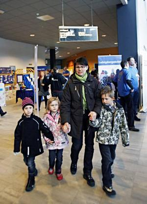Carolina Jonasson-Lindgren besökte skolmässan tillsammans med William, 6, och Alice, 5, samt hennes kompis Klara Johannesson, också 5.
