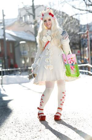 Hon ser ut som en docka i en Disneyfilm, men bakom peruker och rosetter och tyllunderkjolar finns en medveten socionomstudent som brinner för att hjälpa ungdomar. Tove Jonsson gillar stilen Sweet Lolita.