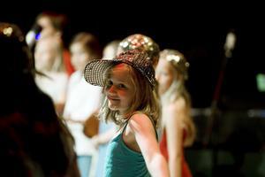 Dansgrupperna hade jobbat hårt med scenkläder, rekvisita och koreografier.