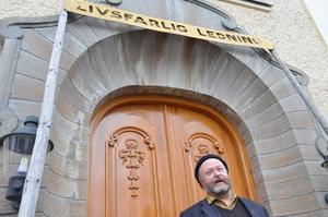Lennart Eldsfors gör ett konstnärligt inlägg i den politiska debatten i Nora, genom att ta med en gammal skylt från en järnvägskorsning till tingshuset.