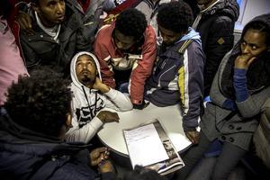 Det blev fullt på Migrationsverket i måndags när ett 30-tal asylsökande rest med buss från Åre för att protestera för sin rätt till drägligt boende.