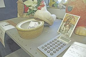 Betalningen av äggen från Catarinas sprätthönseri sker utan övervakning vid det här bordet. Som kund skriver man upp hur mycket man tar och lägger pengarna i burken till vänster.