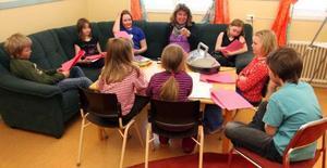Eleverna i Valsjöbyns skola, den minsta i Krokoms kommun, övar inför uppsättningen av Mozarts Trollflöjten i en barnversion.