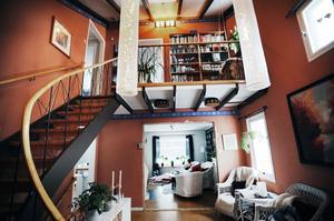 Pia Pettersson visar familjens vackra hem. Här ser vi bland annat den charmiga innebalkongen.