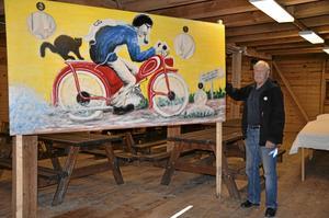 Måltavla. Ivan Persson från Hasselfors byalag visar här en attraktion under dagen. Vid målet på mopedrallyt får deltagarna nämligen skjuta prick på mopedföraren. BILD: TOVE SVENSSON