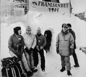 Vintern 1977 grävde Friluftsfrämjande grottor i snöhögarna på Stora torget i och sundsvallsborna bjöds in för att övernatta.