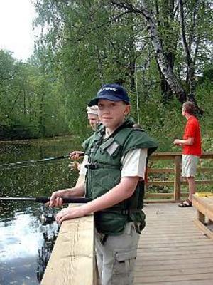 Foto: HANNA JANSSONVäntar tålmodigt. David Söderman passar på att fiska gratis i Dalbrittas damm redan första dagen. Bara några minuter till, och så nappar en finfin regnbåge.