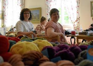 Samarbetar. Systrarna Linda Liljendahl och Ulrika Korkala höll i stickträffen i församlingshemmet.