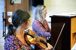 Annelie Rydh och Maria Björs släpper loss under repetitionerna, de är två tredjedelar av Trio Quinta.