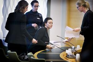 Bild från häktningsförhandlingen den 17 februari 2017 då Johanna Möller häktades som misstänkt för att  ha mördat sin man. Johanna Möller flankeras av advokaten Amanda Hikes till vänster och åklagaren Jessica Wenna till höger.   Bakom ryggen en häktesvakt.