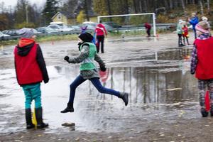 Regn och kyla hindrade inte fiaspelet på grusplanen.
