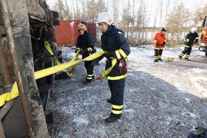 Räddningstjänsten säkrar fordonet som ligger på sidan med risk att den börjar brinna.
