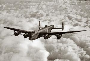 Ett brittiskt bombplan av typen Avro Lancaster. En av de flygplanstyper som brittiska Bomber Command skickade nattetid till tyska städer – däribland Düsseldorf – för att fälla bomber.