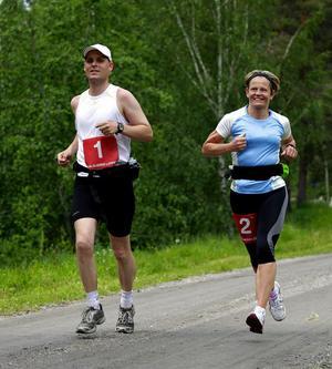 Ultralöparna Per Johansson, Sundsvalls OK, och Aurore Byström, Team Blekinge, sprang dubbla maratonlopp när de genomförde hela Indalsledenloppet från start till slut.