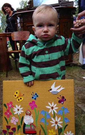konstintresserad. Alexander Brougham, 1 år, hittade en tavla på auktionen som han blev mycket förtjust i. Foto:Jeanette Lundbeck