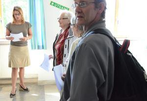 Guidar på sin arbetsplats. Christina Johansson (M) var en av guiderna när kommunhusets jubileum uppmärksammades.