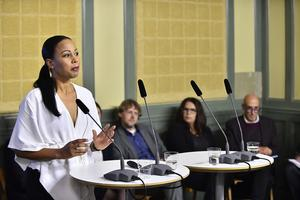 Kultur- och demokratiminister Alice Bah Kuhnke (MP) tog emot den parlamentariska public service-kommitténs delbetänkande om nytt finansieringssystem för radio och tv.