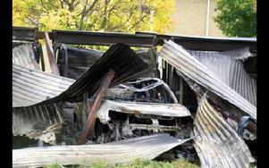 En av de många bilar som totalförstördes i garagebranden.
