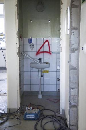 Större mängder asbest i byggnaderna än förväntat har försenat arbetet.