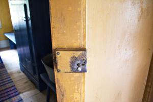 Många händer har genom åren nött på dörrar, skåp och lås. Denna patina är idag en av de saker som ger gården dess höga kulturhistoriska värde och dörrarna får absolut inte målas om.