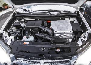 Bensinmotorn utvecklar blygsamma 121 hk. Men tillsammans med elmotorerna ger det en total effekt på 203 hk.