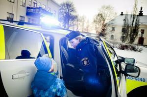 En vetgirig Malte Östberg hade massor av frågor om polisbilen att ställa till Therés Carlborg.
