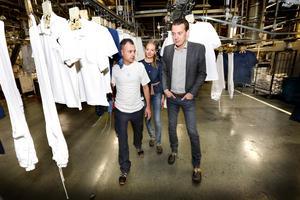 Teamledare Kahtan Rashid, platschef Tove Suntjens och driftchef Jesper Brandberg tycker att nyanställda från andra länder är en tillgång för Textilia.