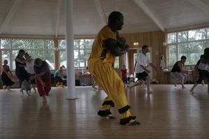 Atab Bayo var en av lärarna som visade hur man ska röra sig till musiken. Det kan vara svårt med koordinationen, säger Christina Hassel, initiativtagare till danslägret.