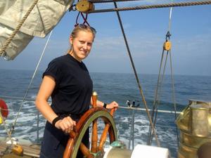 Malin Vallin ingick i besättningen på skonertfartyget HMS Falken. Här håller hon rätt kurs på havet.