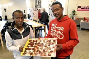 Godis är gott. Ahmed Mohammed och Abdullah Aziz Ayanle bjöd på somaliskt godis, som var gjort av majs, olja, socker och saffran.