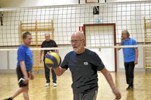 Volleyboll. Först träning, sen volleyboll och så avslutas kvällen med bastu, här Lars Cederin med bollen.
