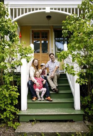 Hans-Erik Hansson och Elsa Röing med barnen Axel och Ellen framför huset i södra Villastaden. I går fick de ta emot kommunens byggvårdnadspris för sitt arbete med att renovera huset.