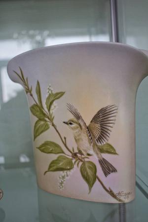 Anita Lennartsson målar gärna på porslin.