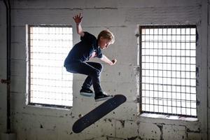 Jakob Stein, 13 år, från Norrköping, vann juniorklassen i premiären för Naked ape, den nya skateboardtävlingen i Örebro.