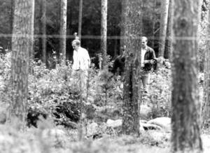 23 ÅR SEDAN. Polisen granskar platsen där Susanne Romhag hittades. Lennart Styrman, i vit tröja, är nu kommissarie och chef för Gävlepolisens rotel för grova brott.