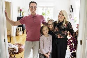Familjen Larsson/Beijar letade länge efter sitt drömhus som skulle ha bastu och inte för stora renoveringsbehov - och huset fanns mitt framför ögonen på dem - ett stenkast från sin lägenhet. Från vänster, Aron, Jack, Elsi och Johanna.