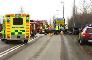 Räddningstjänsten var tvungen att klippa upp taket på en av de inblandade bilarna. Foto: Anna Klintasp