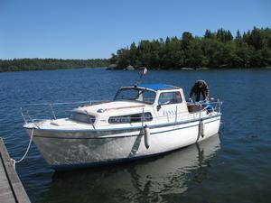 Nu ligger båten i och här njuts det av solen.