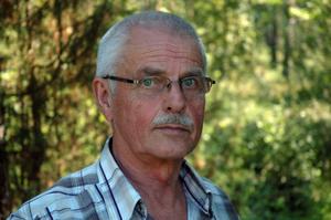 Kjell Hedenskog trivs i Knåpbodarna. Jakt, fiske och bärplockning hör till hans favoritintressen, och det är intressen han verkligen kan odla i skogarna mellan Grycksbo, Sågmyra och Insjön, där hans lilla