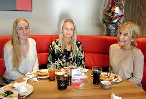 Erika Örjes, Tilde Belin och Elinn Thurin testar den nya restaurangen i Borlänge..
