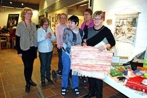 Gunilla Klingh, Sylvia Johansson, Susanne Sandén, Sonya Hansson, Lisbeth Larsson och Christina Jacobs under öppningen av utställningen i Kulturhuset.