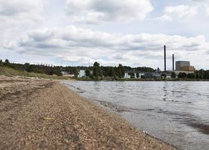 Vädret gör att det inte är många som badar i Söråker och det kanske är bäst så för granne till badet är en högriskklassad industrideponi.