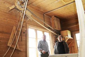 Torbjörn Andersson visar motorn som driver axeln som driver maskinerna i fabriken för träskulptören Jonny Springe